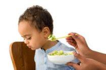 Trẻ gặp vấn đề biếng ăn do tâm lý phải làm sao.